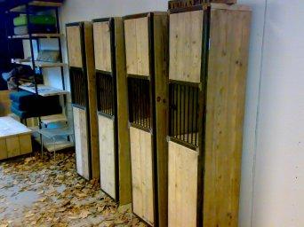 Kastje met tralies, oud hout en staal
