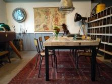 Dikke oude balken zijn de basis voor deze tafel met een stalen tafelframe.