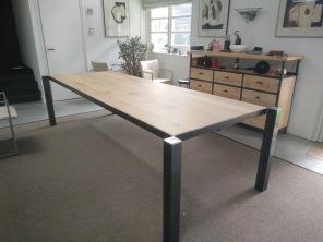 Als een spin in de ruimte deze tafel heeft een glad eikenhouten tafelblad.