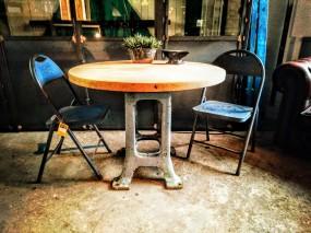 industrieel-grijs-machineonderstel-met-ronde-eiken-tafelblad