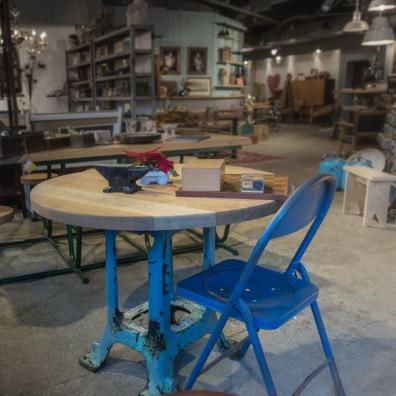industriele tafel met oud gietijzeren onderstel