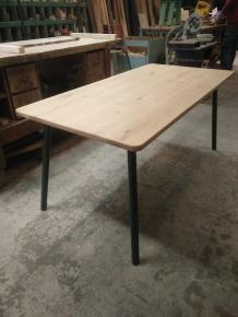 vintage-tafel-ronde-hoeken-zachte-lijnen