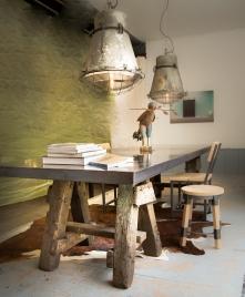 Deze grote tafel van 300 x 100 cm gemaakt met 2 schragen van meer dan 100 jaar oud, met een prachtig tafelblad van plaatstaal met een verdikte rand gespoten met een hoogglanslak.